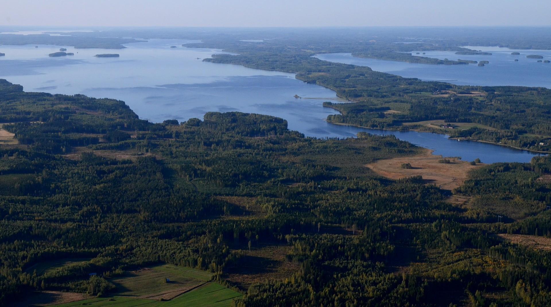 Vasemmalla Lavianselkä ja kannaksen oikealla puolella Pohjois-Konnevesi. Kannaksessa on Neiturin kanava