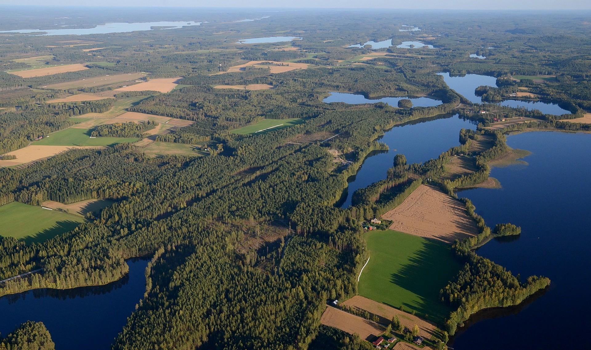 Liimattalaa, oikealla Sääksjärvi