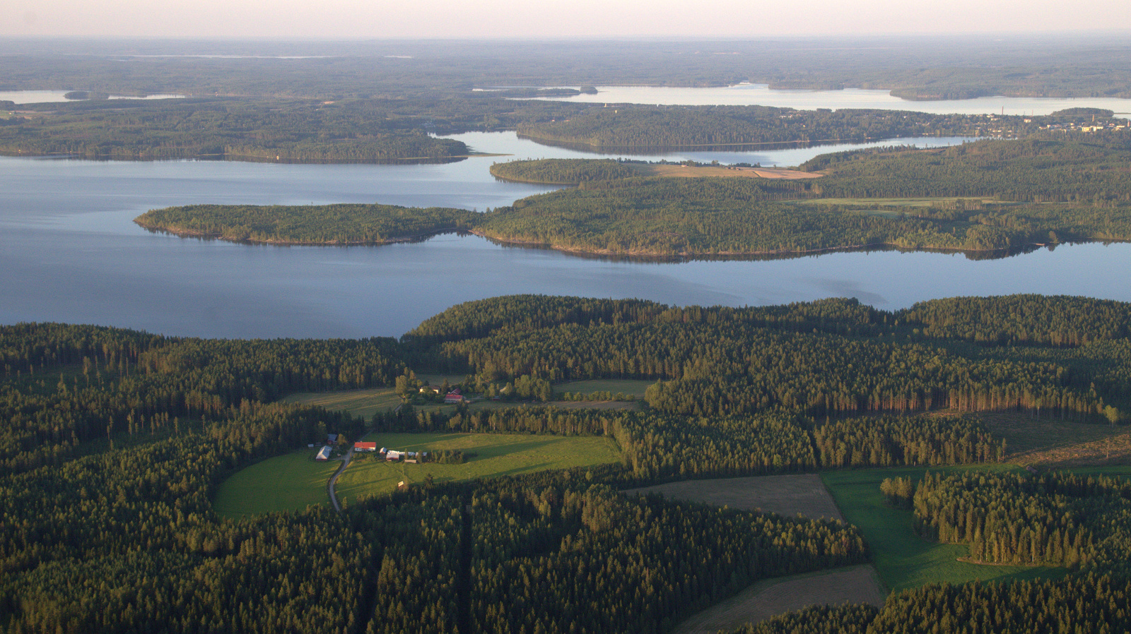 Näkymä Soliskylältä Viitasaaren keskustan ja Salonpään niemimaan suuntaan.