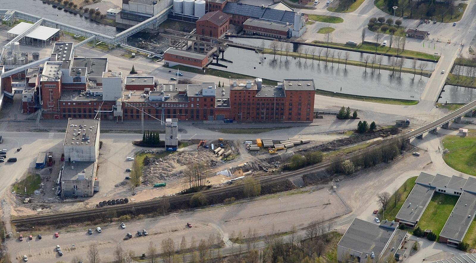 Vanhan kempparin kupeella upotetaan uutta raakavesiputkea? Kuvan vasemmassa laidassa surullisen kuuluisa hiivatehtaan rakennus.