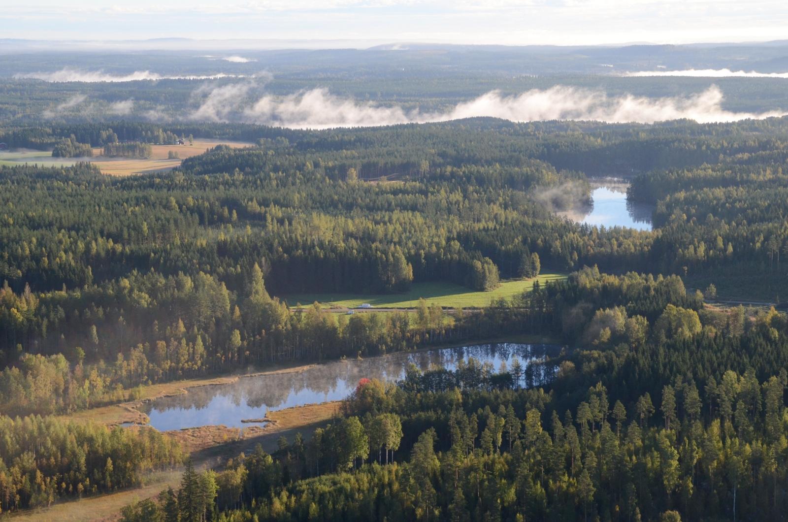 Ilmassa on vielä öisen sumun rippeitä Kuhnamon yllä. Lähimpänä Keljärvi, taaempi Kangaslampi.