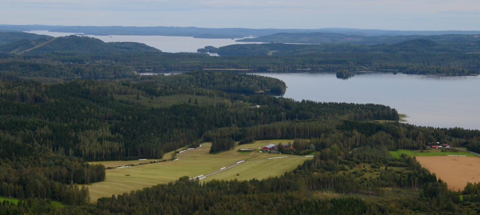 Muuramen Muuratjärvi ja taustalla Riihivuoren laskettelurinteet.