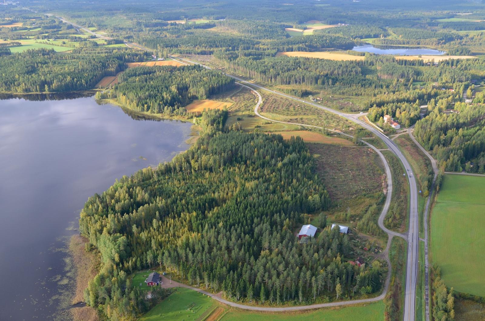 Honkolan eritasoristeyksen tieltä on metsät parturoitu.