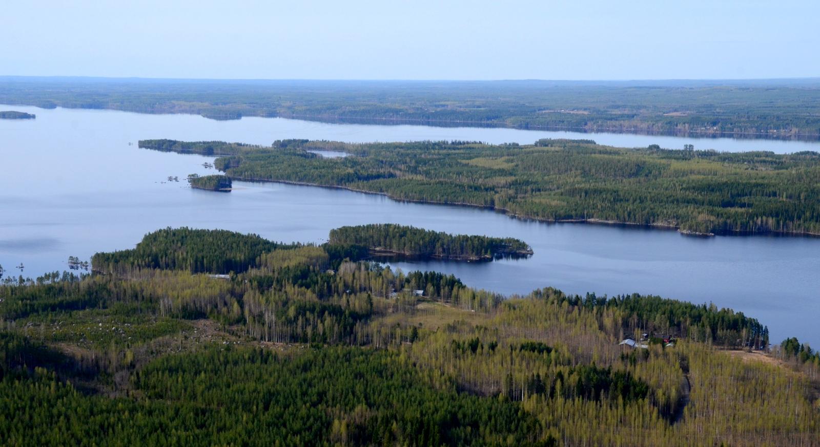 Lähimpänä Paloranta, niemi taaempana on Järkiniemi.