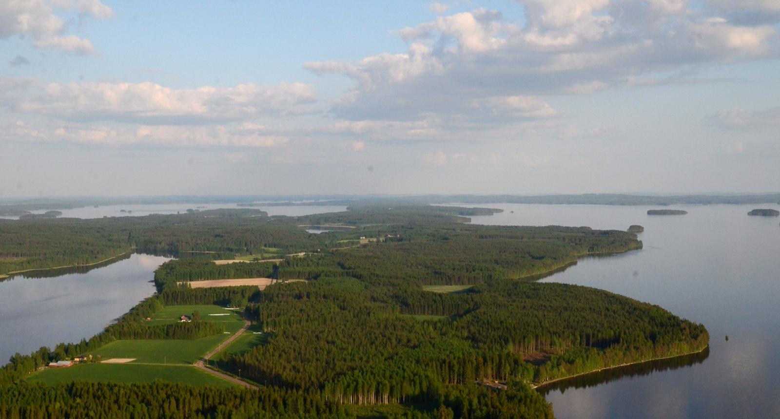Kuvan kannas jatkuu Istnmäelle saakka. Kauimmainen vesistö kuvassa vasemmalla on Pohjois-Konnevesi.