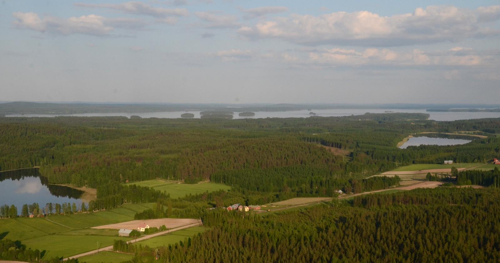 Närhilää lähestyttäessä ohitetaan Lääminkijärvi, kuvassa oikealla.