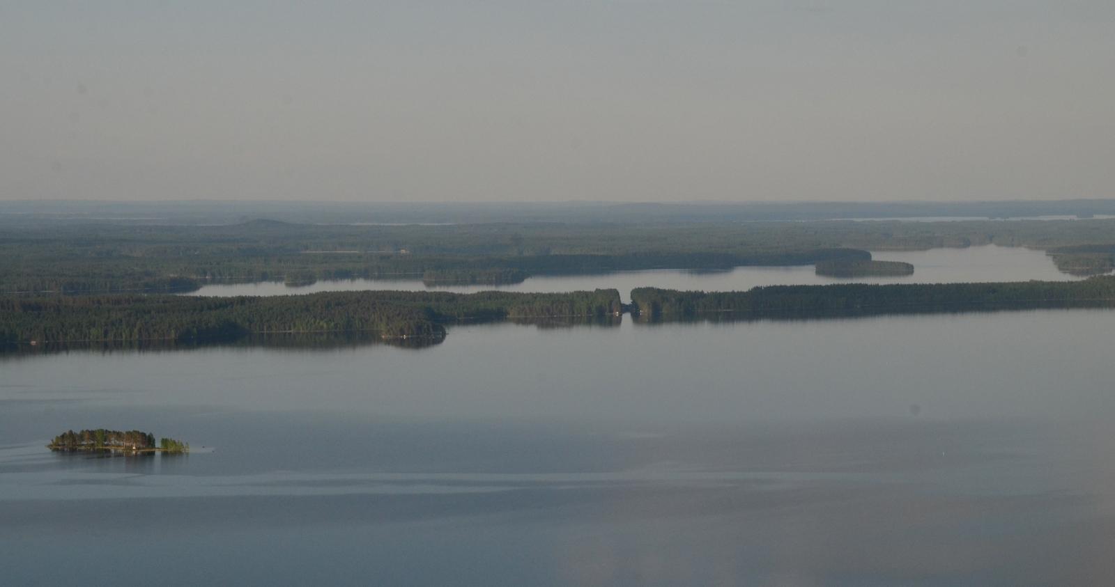 Neituria lähestyttäessä näkyy idässä Kiesimän kanava ja Kiesimäjärvi kannaksen takana.