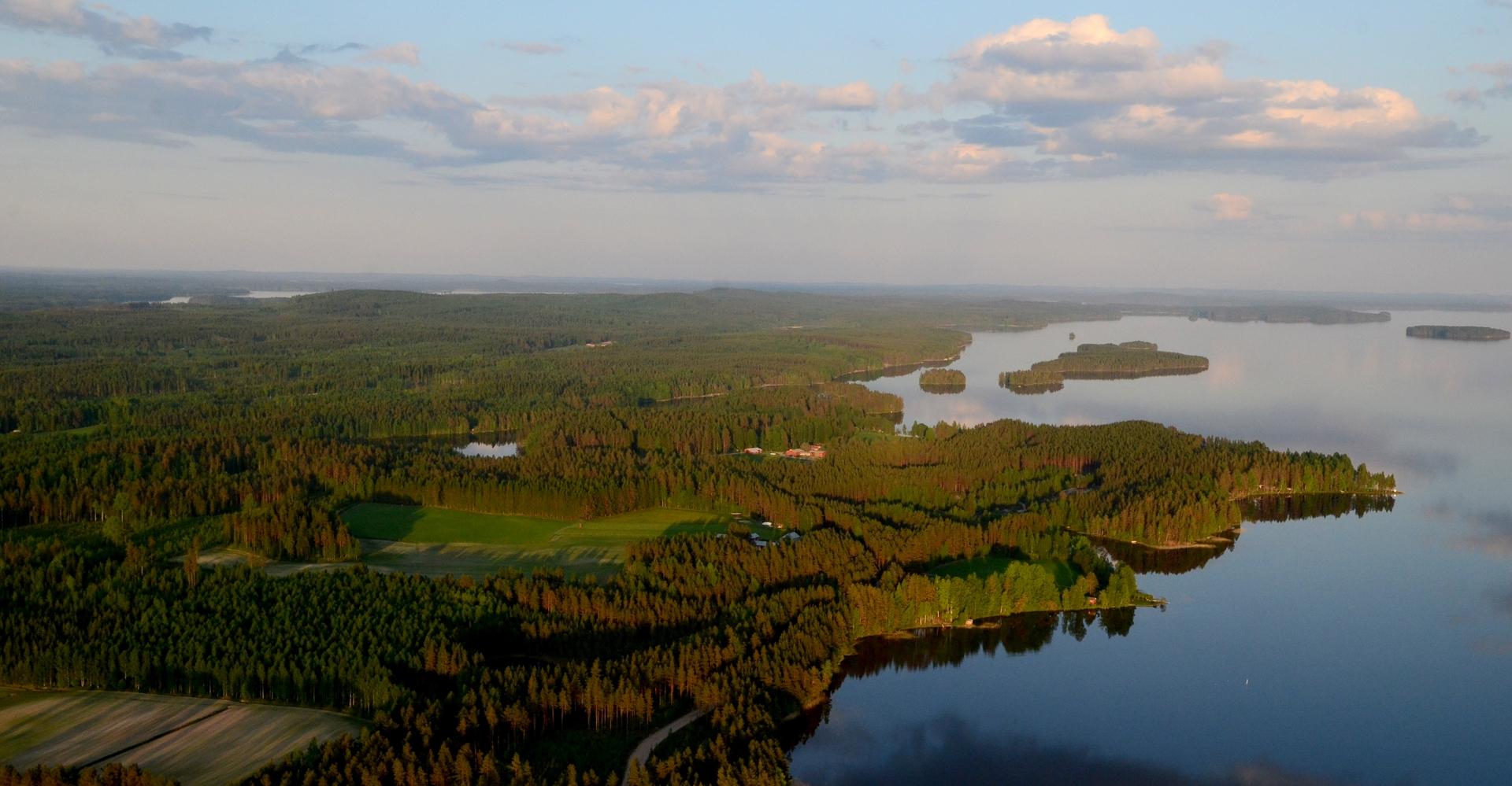 Vasemmalle lähimmän niemen taakana on Riihilahti