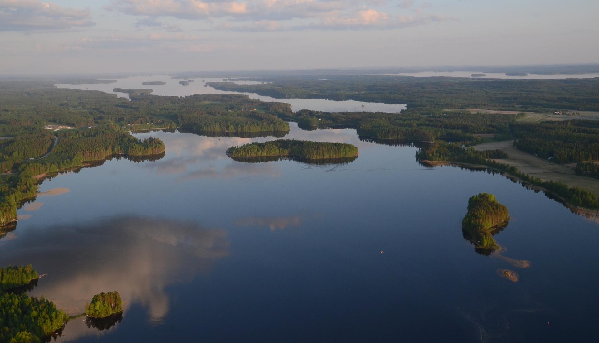 Pohjainvesi, salmen takana Pohjois-Konnevesi ja oikealla Keitelejärvi.