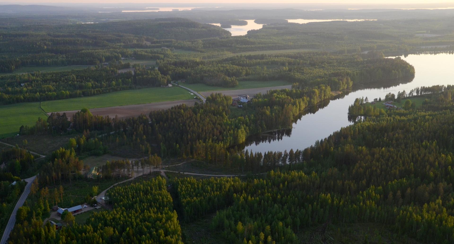 """Ahveniskylä ja Iso-Ahvenisjärvi jossa Viitasaaren rajan """"kulmapaalu"""" on kuvan reunassa keskellä järveä."""