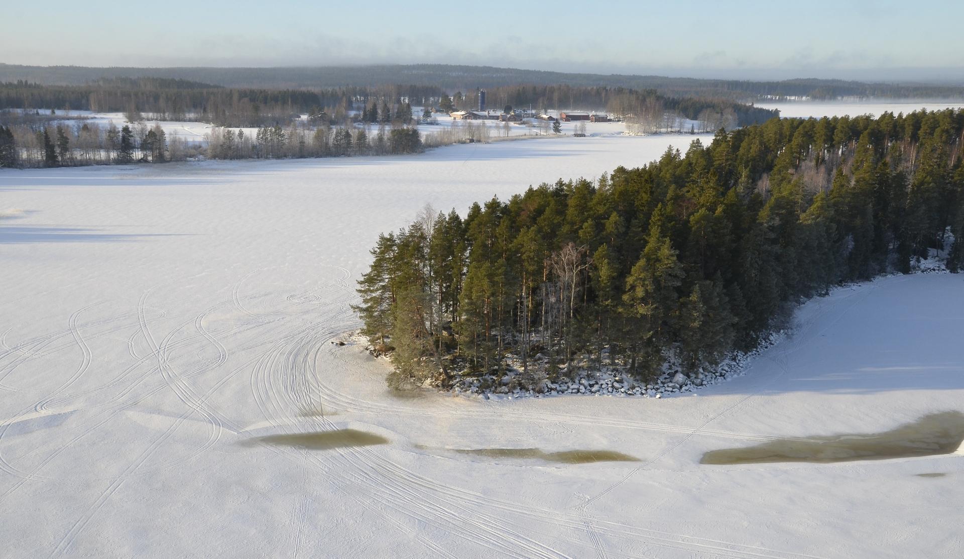 """Saaren päässä näkyy jäiden """"railoilua""""."""