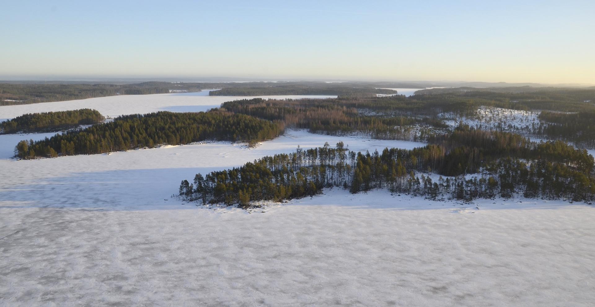 Kun oli makkarat ja kahvit tankattu, lähdettiin palaamaan Pasalaan. Lähimpänä Lehtoniemi, vasemmalla Houninlahti ja Houninniemi.