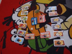 Angry Birds peliä luonnollisesti Angry Birds-matolla