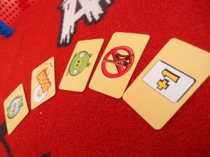 Erikoiskortit: heitä uudestaan (joko itse tai kaveri), poista kortti omasta linnasta, lahjoita kaverin kasaan 2X-kortti, jätä vuoro väliin ja nostata uusi rakennekortti.