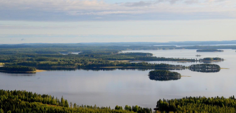 Pakko vilkaista synnyinseudulle Soskonniemelle ja ei näytä ihan pahalta:) Edessä Räihänselkä ja Korisaari. Kauempana Koivu- ja Karttuselkä.