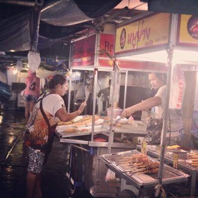 Night marketin sateisissa tunnelmissa