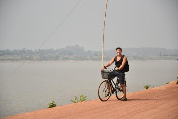 Suami Laosin mantereella, taustalla Thaimaa