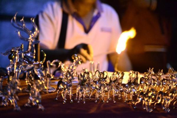 Lasinpuhaltamista night marketilla