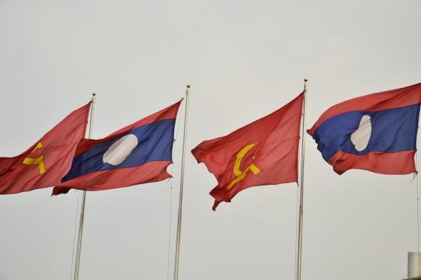 Tunnetut kommunismin symbolit näkyvät lipuissa kaikkialla