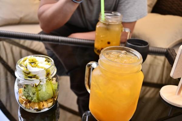 Jumalien herkut Moo Cafessa; matcha-jäätelö ja mango bubble tea