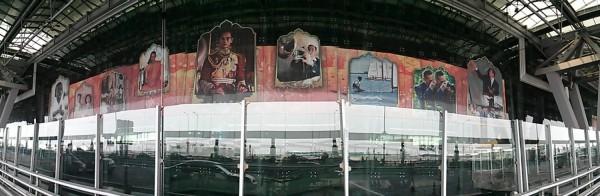 Thaimaan kuningas Bhumidol Adulyadej on tärkeä mies. Hänen kyseenalaistamisensa on näes kielletty lailla. Kuninkaan kunnian loukkaamisesta voi saada jopa kymmenien vuosien vankeustuomion. Kuningas toimii pääasiassa maan keulakuvana, eikä hänellä ole paljoa valtaa. Kunnioitus on kuitenkin aitoa kansan keskuudessa. Ohessa kuninkaan monitahoisuutta ylistävä teos Suvarnabhumin lentokentältä. Lieviä Putin-vivahteita havaittavissa.