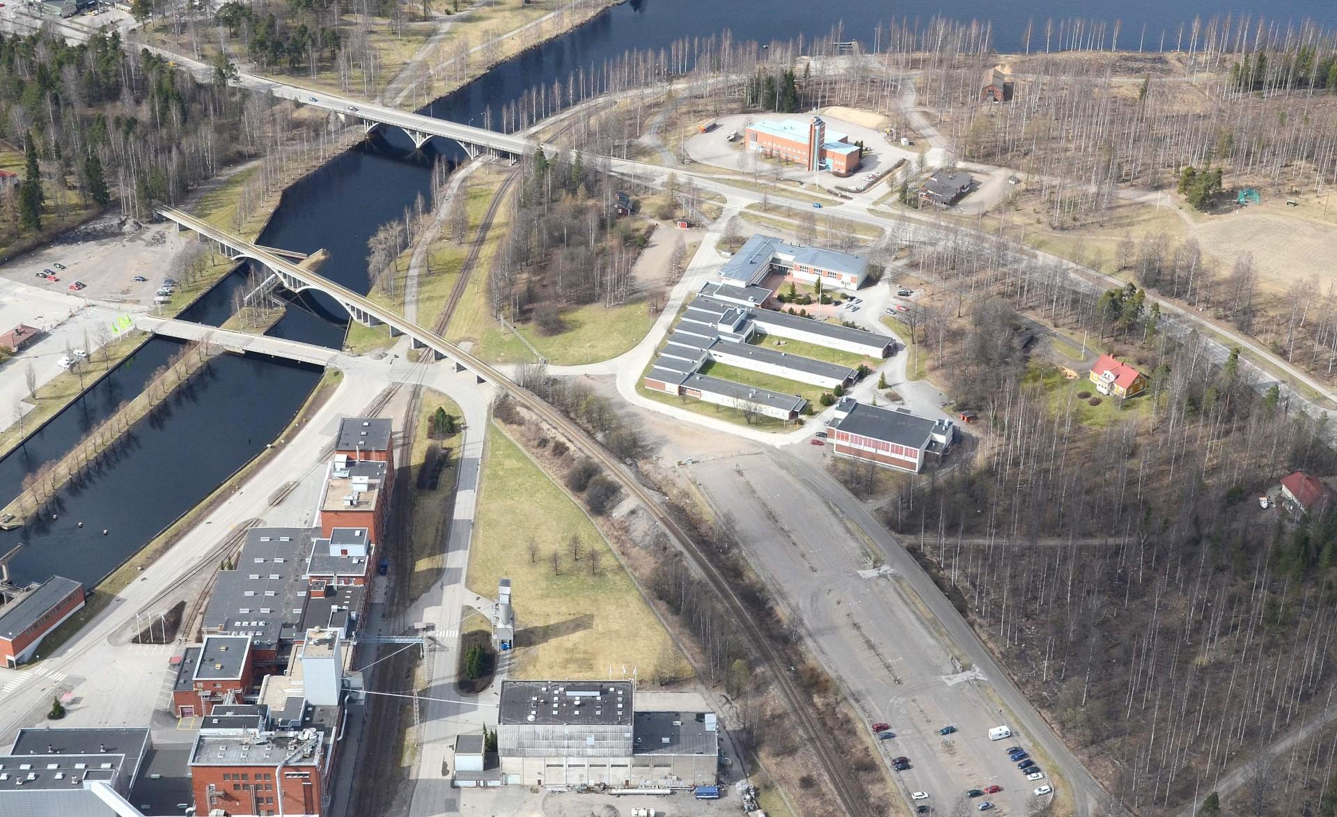 Kuvan keskellä alhaalla vaalea rakennus on entinen hiivatehdas. Ylempänä Hiskin koulu ja tien takana Pelastuslaitos.