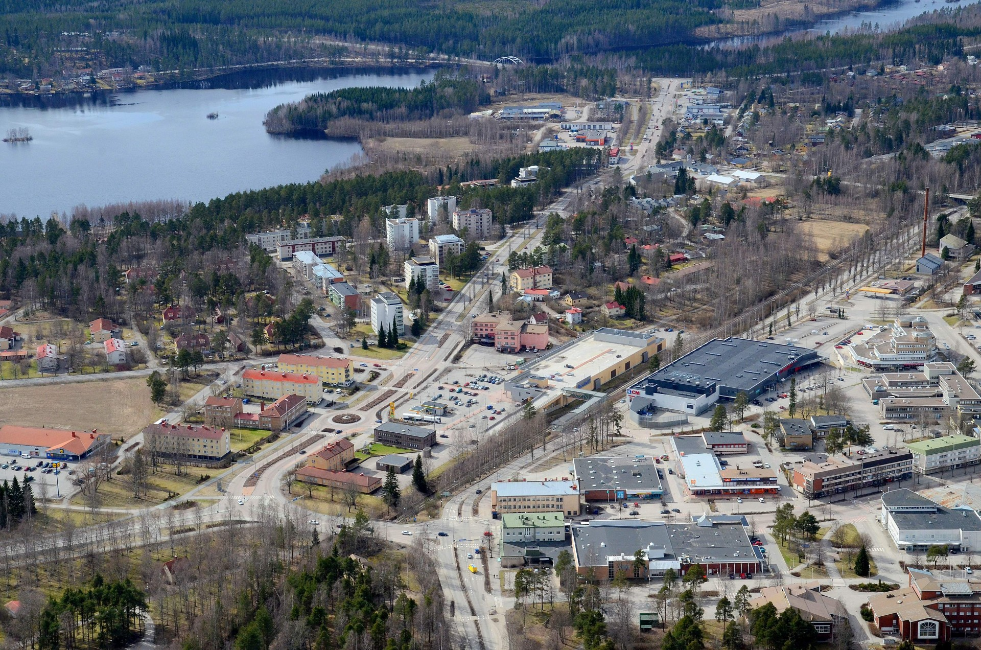 Äänekosken liikenteen pääväylät. Vasemmalla uuden koulun tonttipelto.