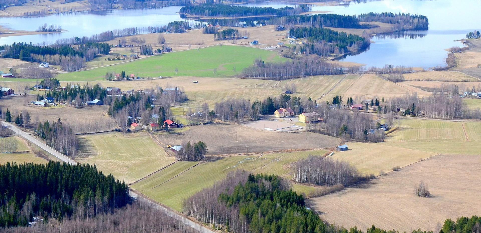 Koivistonkylä ja sen koulu jonka soisi jatkavan toimintaansa säästöpaineista huolimatta.