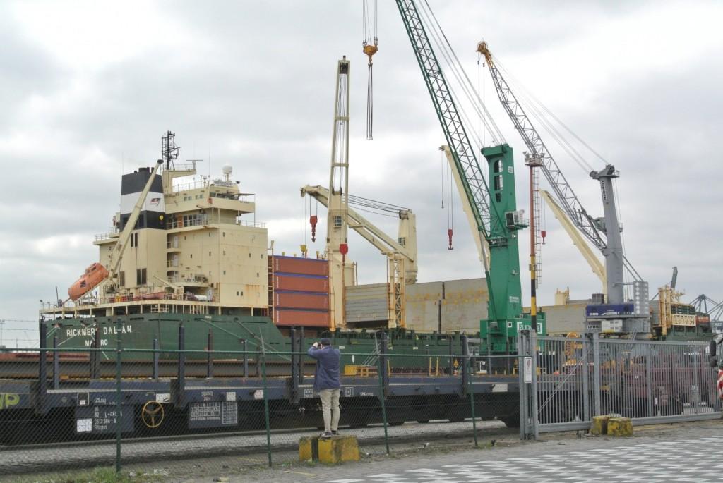 Raahen lahja Tiimiakatemialle Vale ottamassa kuvaa rahtilaivoista
