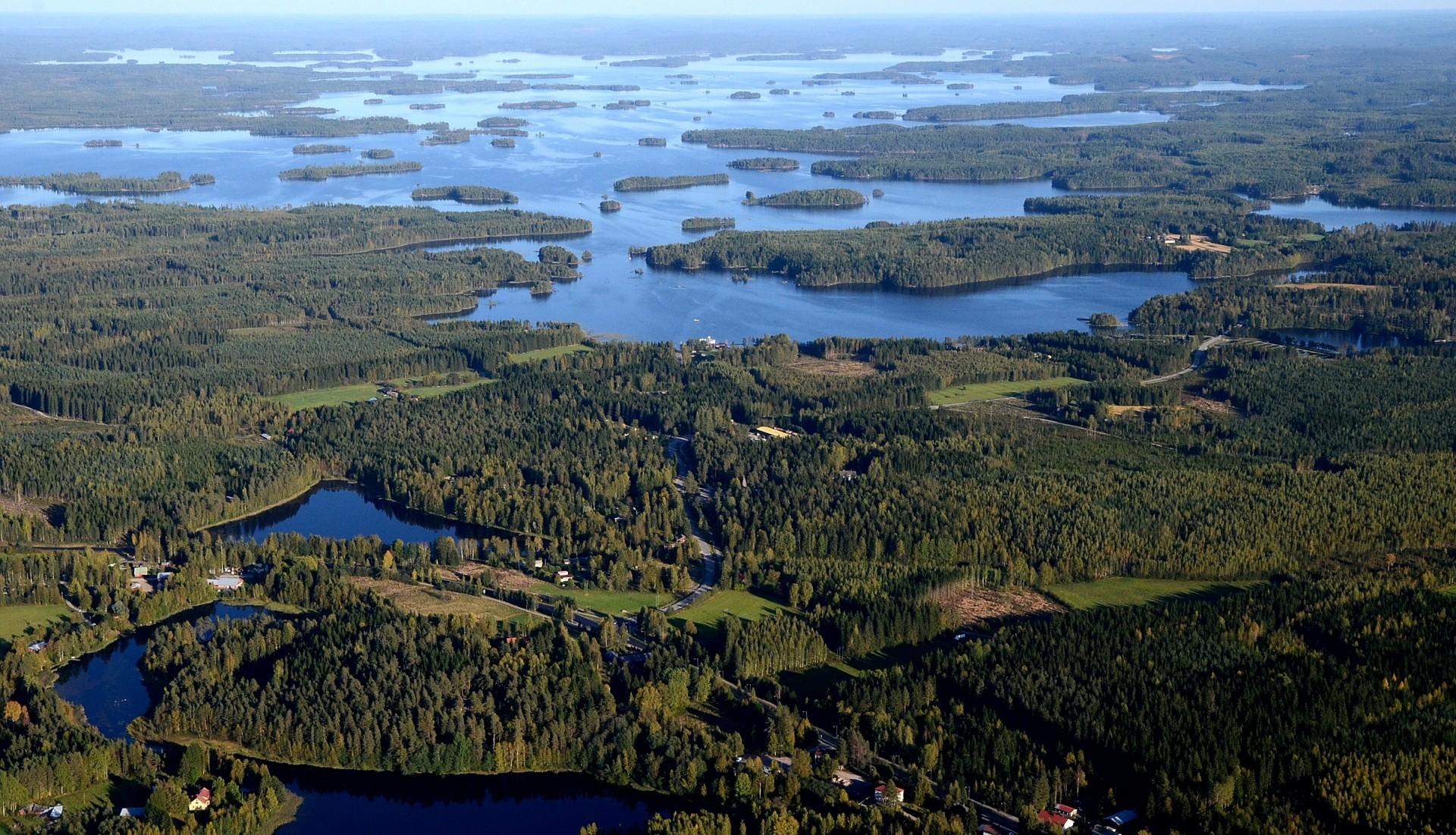 Konnevesi Konneveden pitäjän puolelta nähtynä. Kuvassa järven lähimmässä lahdessa on Häyrylä ja oikeassa laidassa Siikakoski. Kansallispuisto on järven ulapan takalaidalla.