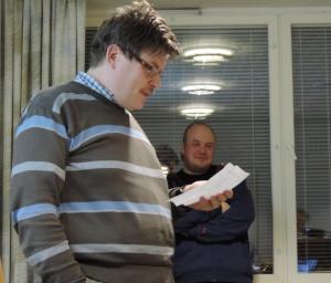 Antti Hiltunen esittelee Viitasaaren vuoden pyöräilyteko kunnianosoituksen saajan. Taustalla joukkueen kapteeni Petri Kuntsi.
