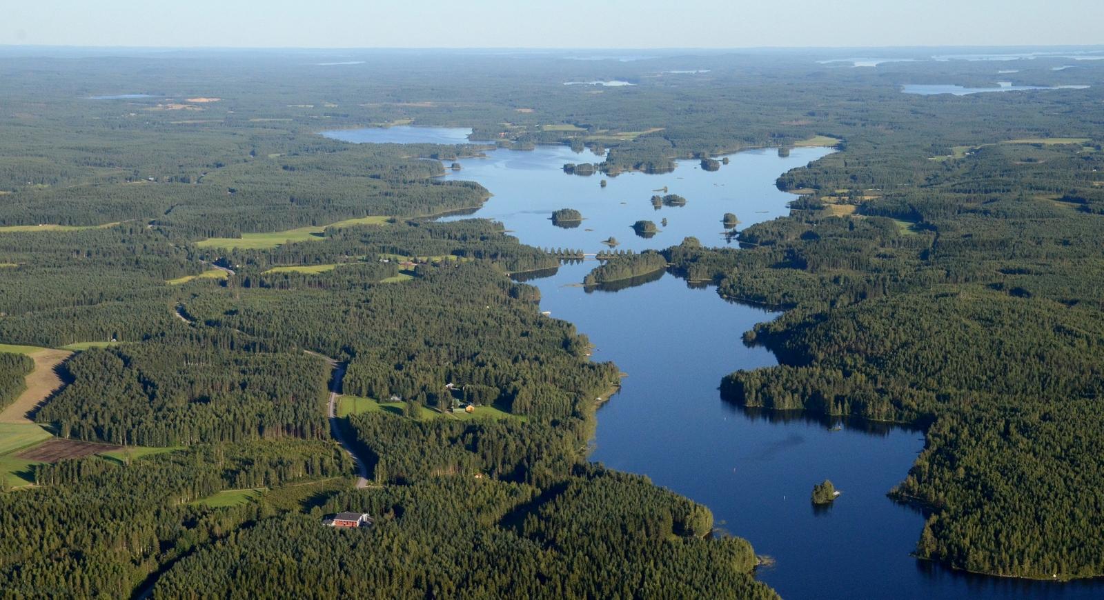 Vasemmalla Ukonniemenkylä Suovanlahden kupeella