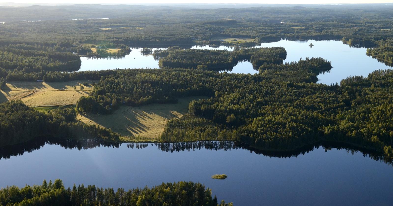 Jouhtinen ja Mäntyjärvi taaempana
