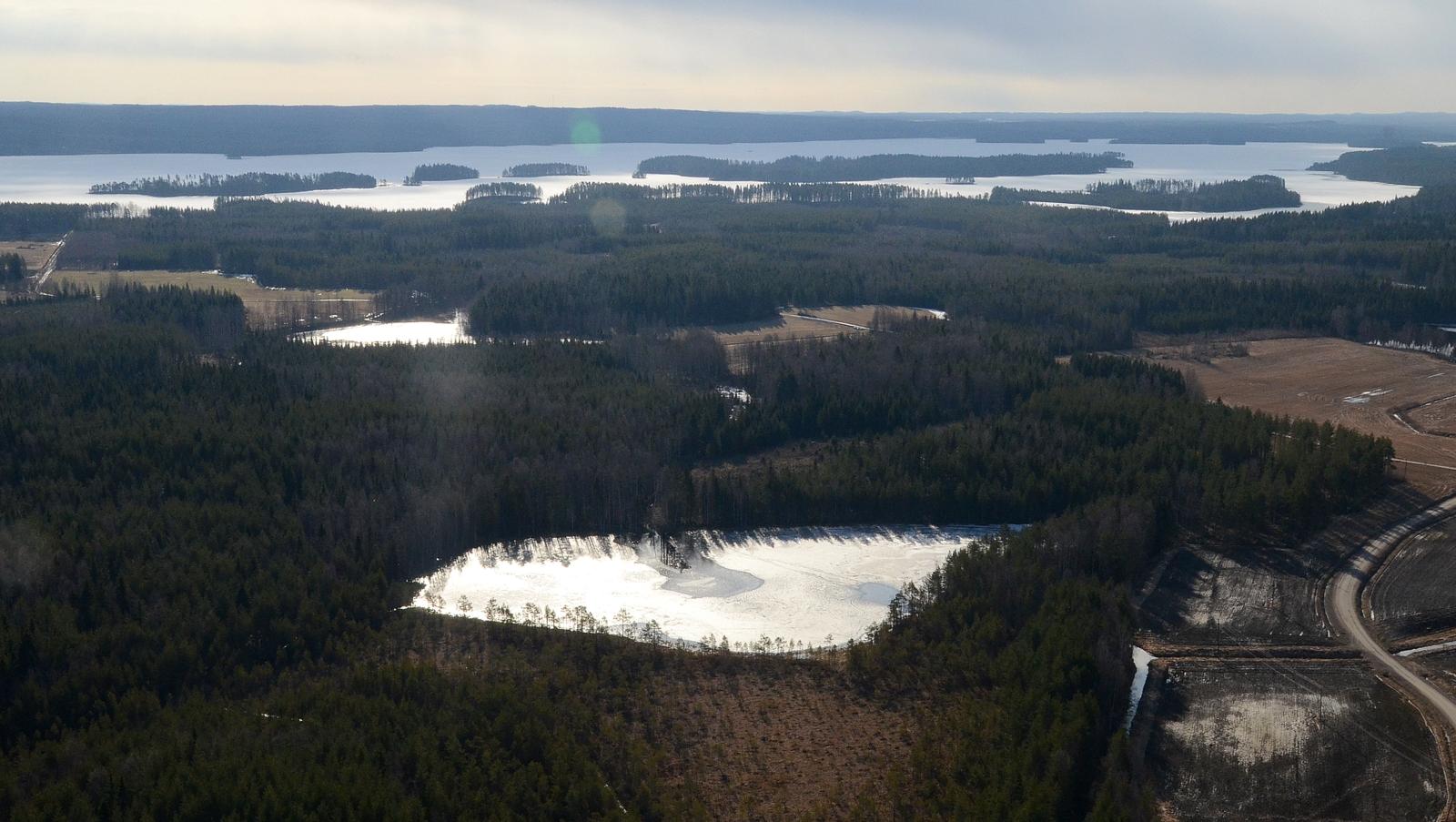 """Lähempi on Karjuslampi ja seuraava """"isotellen"""" Isojärvi."""
