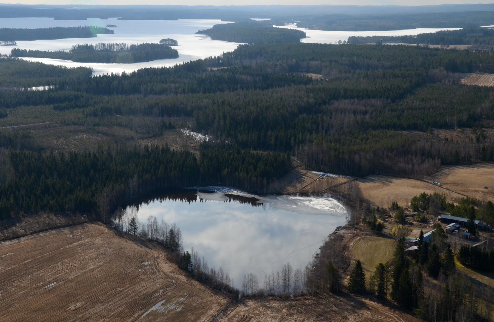 Pienijärvi jo lähes sula. Auringon suunta vasten kameraa tekee kuvista hämäriä:(