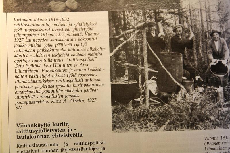 Lanneveden pamppukaartissa oli toistakymmentä jäsentä ja kaarti perustettiin vuonna 1927 Lannevden koululla ja aloite lienee tullut opettaja Taavi Sillantaukselta. Iltamatilaisuuksissa kaartilaiset antoivat pontikka- pirtukauppiaille kurinpalautusta omatekoisilla pampuilla. Vieressä Hannes Hännisen kuva siitä, kun Toivo Oksanen, Arvi Liimatainen ja Veikko Oksanen tuhoavat viinatehtaan Hoikanperällä vuonna 1931.Tuona vuonna raittiuslautakunnan apuna oli neljä ryhmää, joilla oli käytössään kolme taskuasetta, kaksi piikkimattoa ja patukoita ja lytyjä. Raittiuspoliisit eivät kovin suurta t uona vuonna saaneet, vain 40 litraa väkijuomia. .(Heikki Junnila: Saarijärven historia 1865-1985, Paavon Saarijärvestä kaupungiksi, Saarijärvi 1995.)