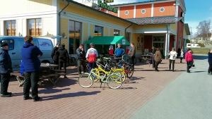 Viitasaaren pyöräily-yhteisön tapahtumanurkka Viitasaaren ABC:n pihalla