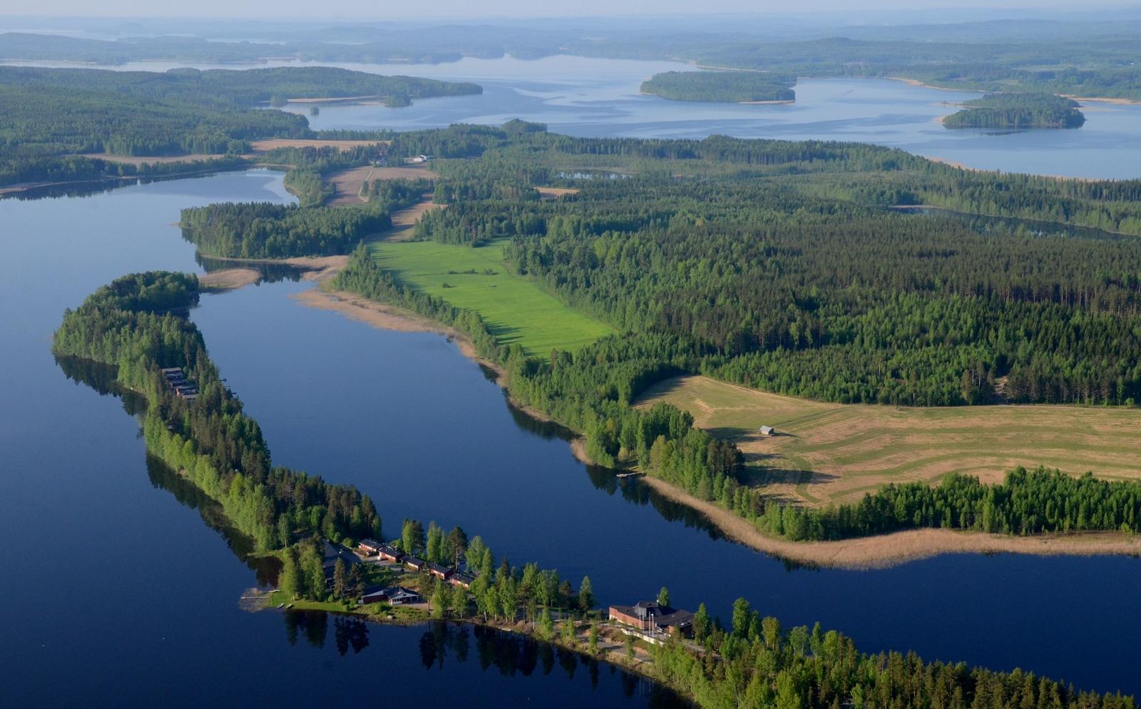 Pitkäniemi Nurminen nimisen järven niemenä. Taustalla Kuusvesi.