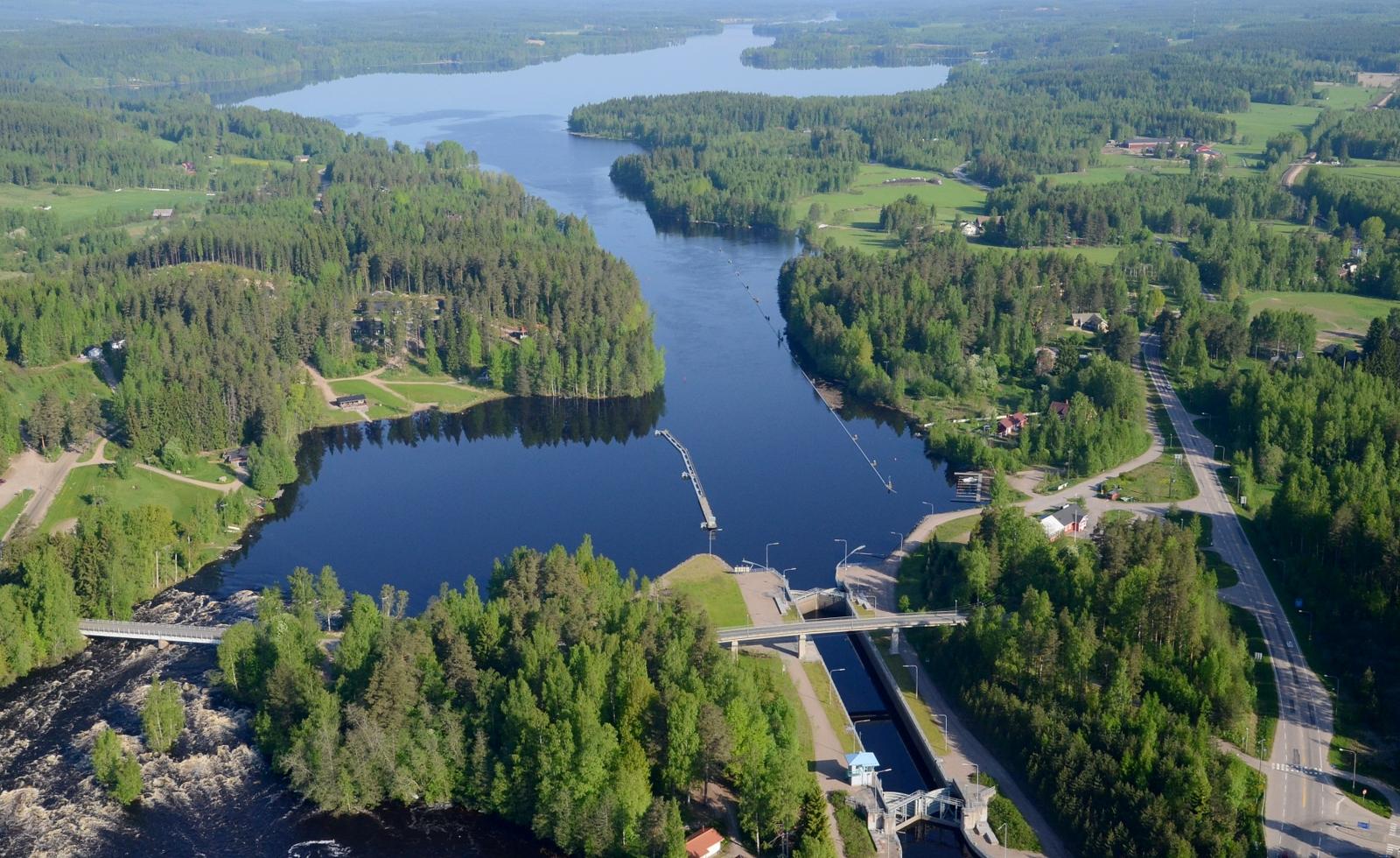 Vatiajärvi jonka toisessa päässä siintää Kapeenkoski.