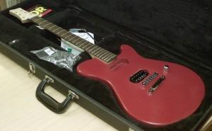 Kuvaushetkellä kitara on vielä pahasti kesken. Mikrofoni, talla ja volumenuppi ovat bodyn päällä vain silmänlumeeksi. (Kuva: Timo Mustalampi)