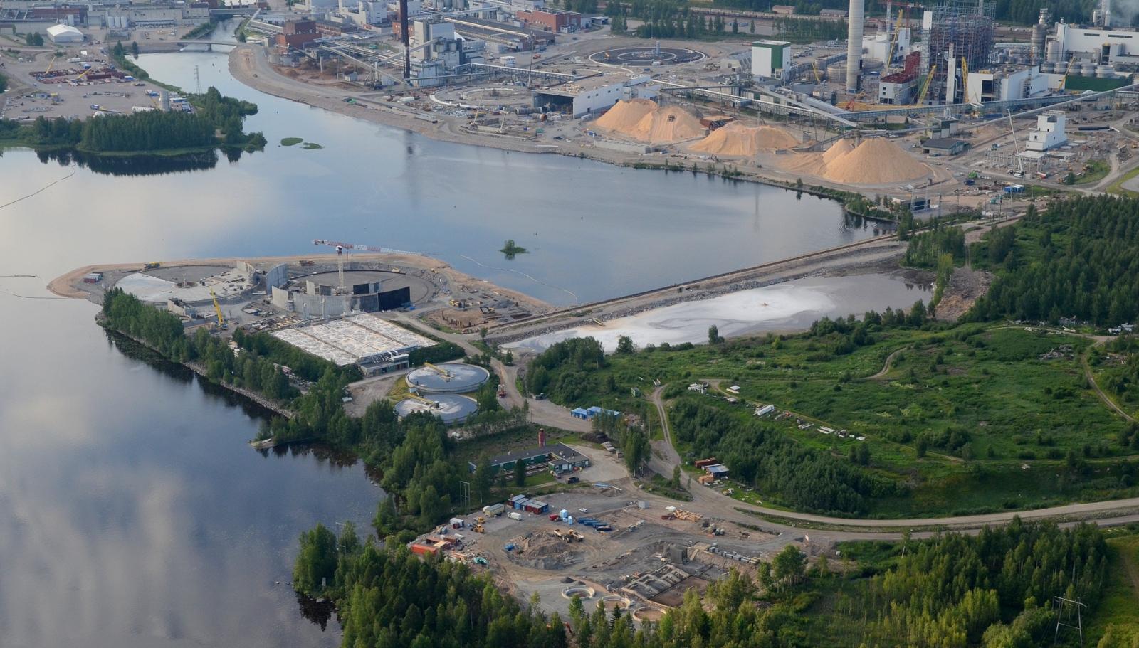 Vesien puhdistamon-ja biokaasulaitoksen työmaat lähimmässä rannassa.