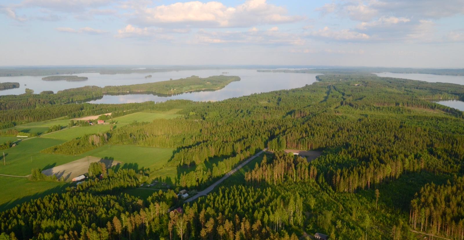 Loppukevennykseksi muutama kuva kevään lennoista. Tässä Närhilän kylä Vesannolla. Neiturin kanava tuolla kannaksessa