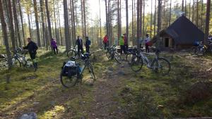 Viipyyläiset tauolla Rakennuslammen laavulla (Kuva: Seija Ruuska 2016)