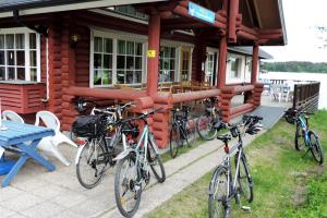 Pyörät huilailemassa NiiniCafen kyljessä