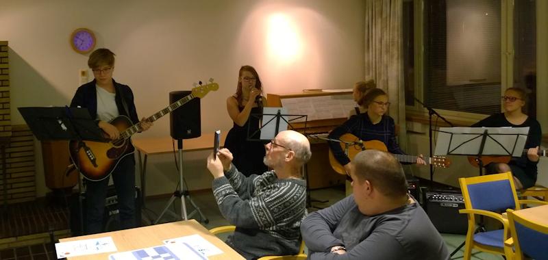 """Laulu- ja soitinyhtye """"Ihan läpäl"""" esitti Adelen """"Someone like you"""" ja Egotripin """"Älä koskaan ikinä""""."""