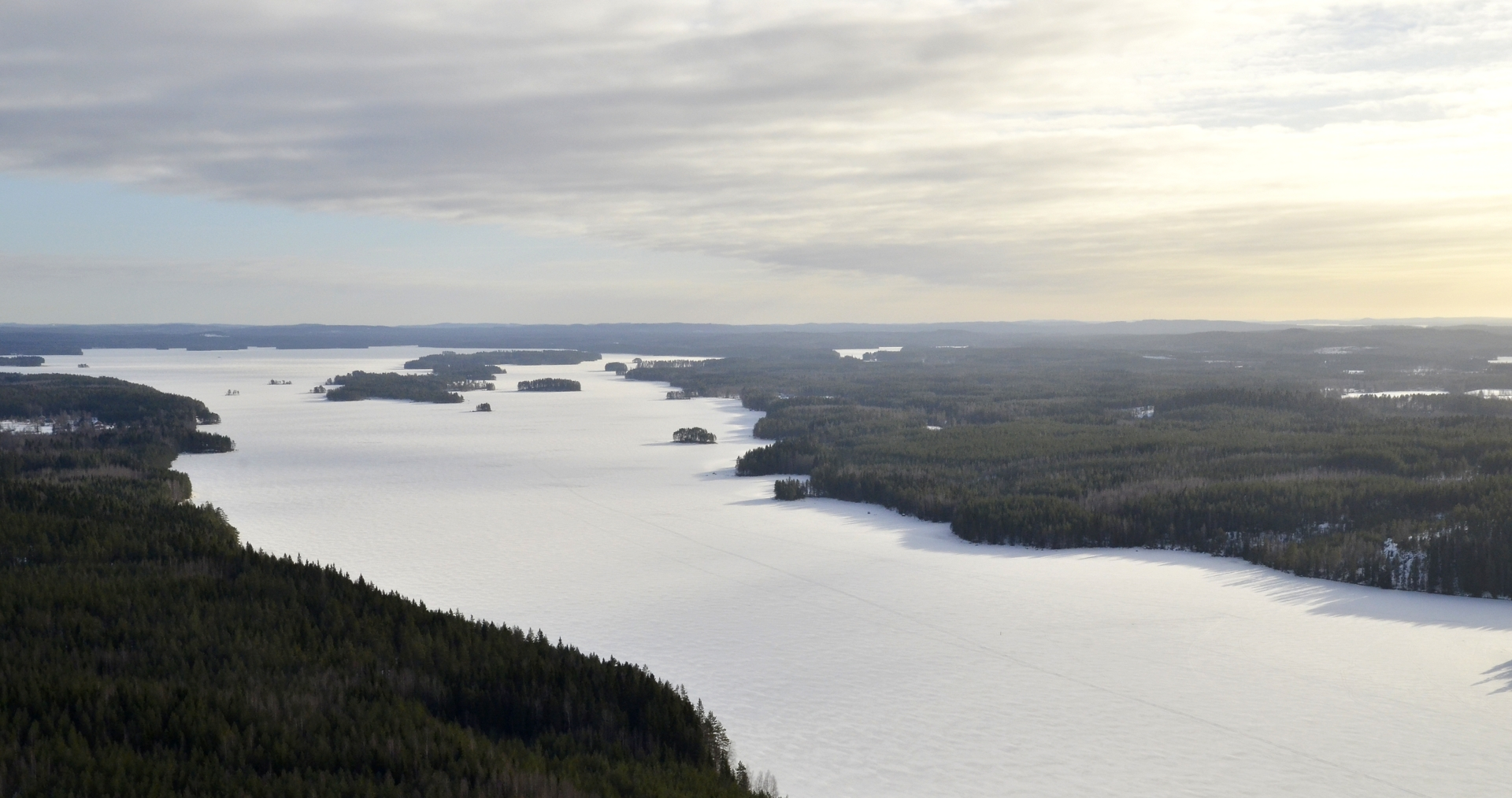 Pilviharso väistyy itään, tuonne vasemmalle. Siinä näkyy järven selkä, jonka 80 vuotta sitten Antti Savela hiihti lumituiskussa. Siitä hän kertoo tuolla kommentointi osiossa