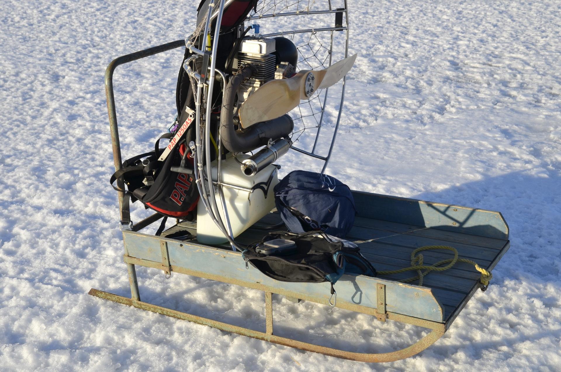 """Tällä kertaa lensinkin tällaisella """"reppukoneella"""" kun jäältä on niin hyvä startata. Vesikelkka toimi hyvänä apuna tavaroiden kuskauksessa."""