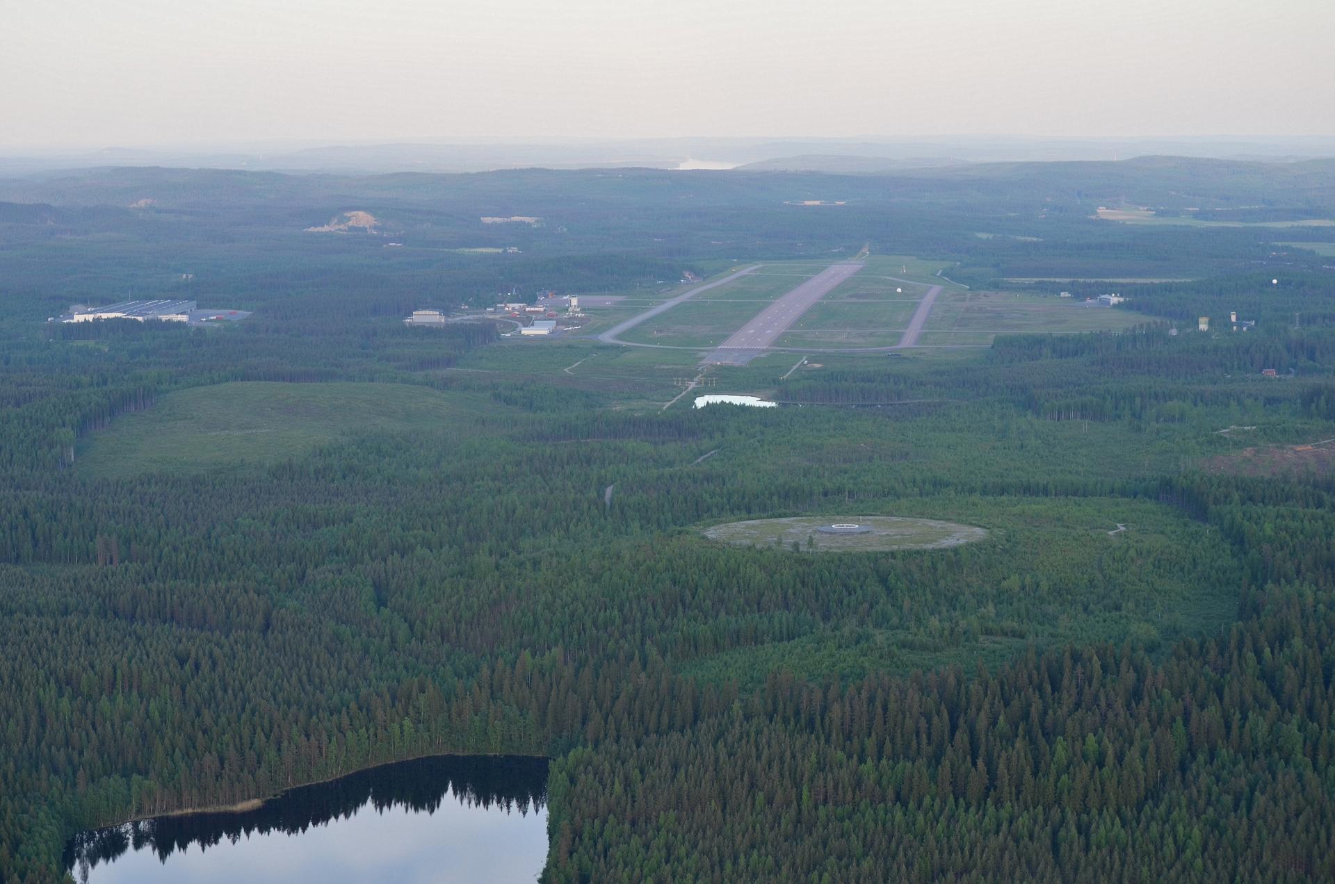 Tikkakosken lentokenttä luoteispäästä nähtynä. Kuvassa vasemmalla Lidlin varastoterminaali ja kentän vieressä lentoasema.