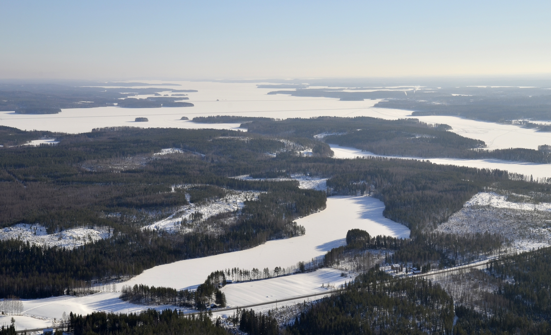 77-tien varressa Sammalislampi, taaempana Keitelejärven ulappaa.