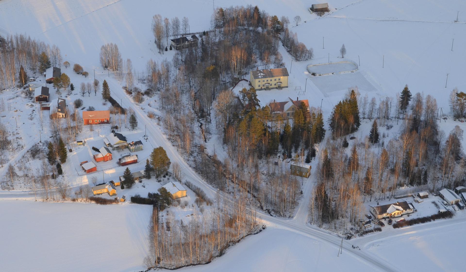 Lyhyehkön lentoretken päätteeksi Koiviston koulu ja keskikylän taloja.